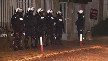 Policjanci z tarczami i bronią. Służby przygotowują się na powtórkę zamieszek w Koninie