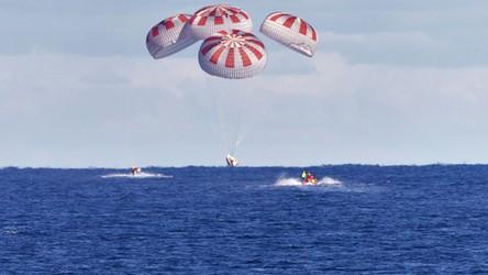 Astronauci SpaceX bezpiecznie powrócili na Ziemię. Zobacz moment lądowania [FILM]