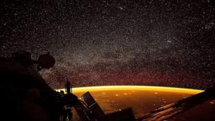 16.11.2019 09:00 Zaskakujące zdjęcie ze Stacji Kosmicznej, a na nim pomarańczowa poświata wokół Ziemi. Co to jest?