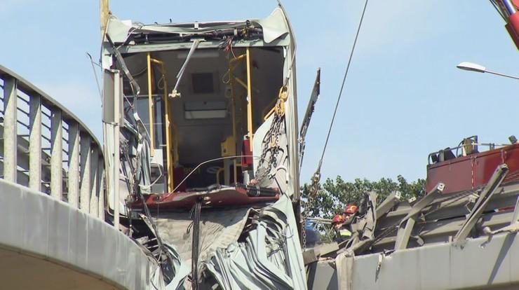 Warszawa: strażacy podnoszą wrak autobusu, policja apeluje do świadków