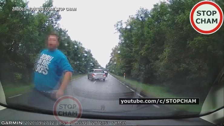 Lubelskie: zaatakowali kierowcę, bo zwrócił im uwagę. Zajeżdżali drogę, uderzali w szybę