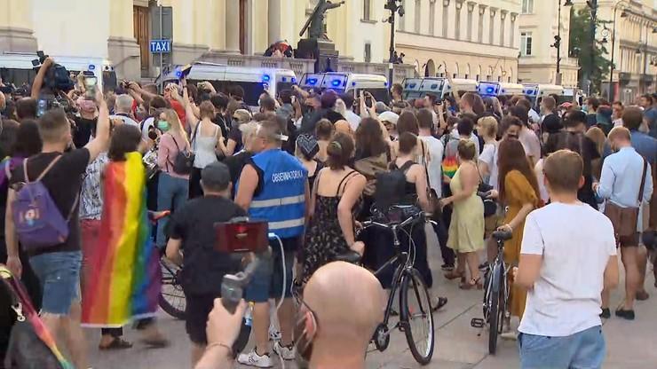 Protest LGBT na Krakowskim Przedmieściu przeciwko aresztowaniu działacza