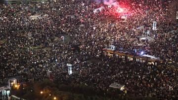 """""""100 tys. protestujących w Warszawie"""". Pseudokibice zaatakowali manifestujących [ZAPIS RELACJI]"""
