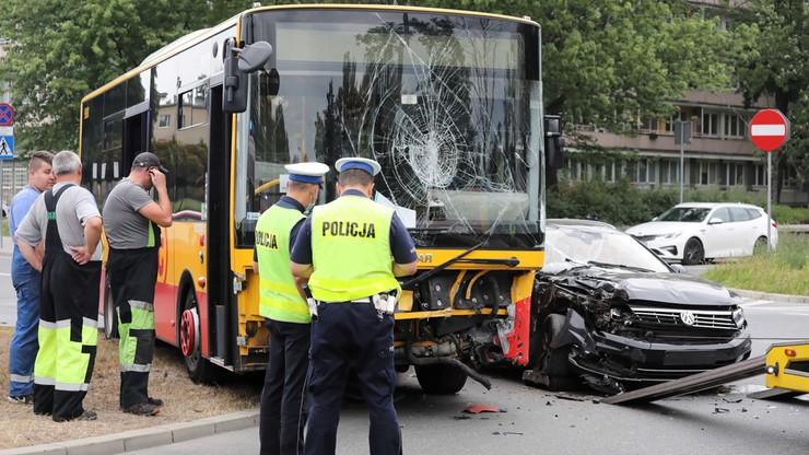 Warszawa: wypadek miejskiego autobusu Arrivy. Dwie osoby ranne [ZDJĘCIA]