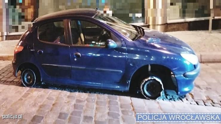 Jechał autem bez dwóch opon przez wrocławski rynek