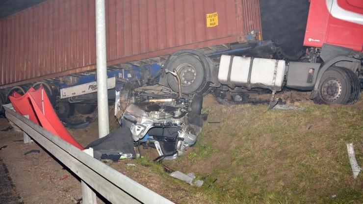 Tir zmiażdżył skodę. Kierowca ciężarówki był pod wypływem środków psychoaktywnych