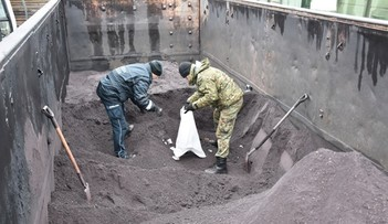 Przemytnicy ukryli papierosy pod warstwą rudy żelaza. Pogranicznicy musieli użyć koparki