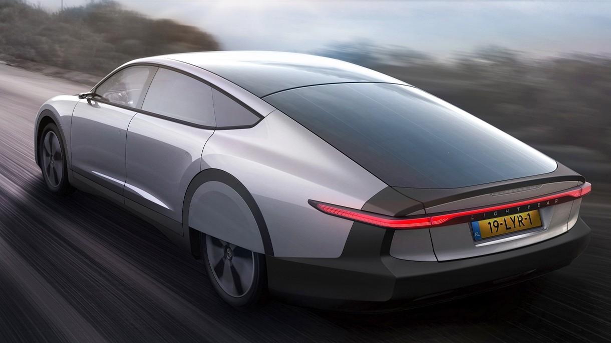 Oto Lightyear One, elektryczny samochód solarny dysponujący rekordowym zasięgiem