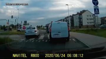 Bójka na środku skrzyżowania. Policja przejechała obok, bo miała inną interwencję