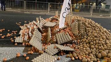 Protest rolników. Jaja, kapusta i ziemniaki w pobliżu domu Jarosława Kaczyńskiego [WIDEO]