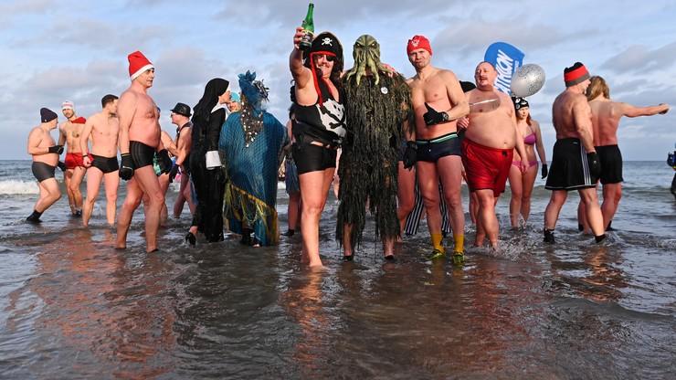 """Ponad 150 """"morsów"""" powitało Nowy Rok kąpielą w Bałtyku"""