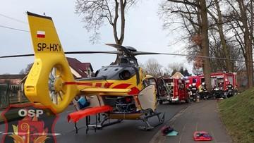 Mercedes z czworgiem dzieci owinął się wokół drzewa. Dwa śmigłowce LPR lądowały na drodze we wsi
