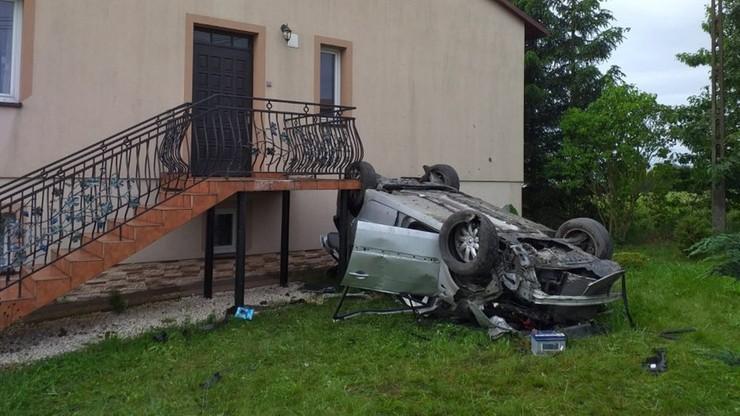Koziołkując autem, uderzyła w dom. Trafiła do szpitala [ZDJĘCIA]