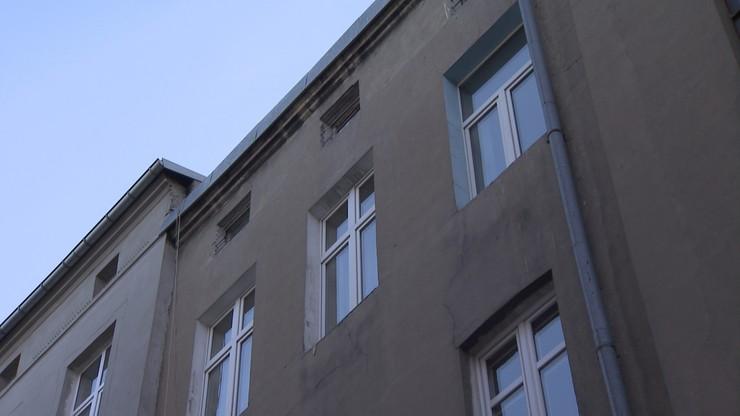 1,5-roczna dziewczynka wypadła z okna w Łodzi. Jest zakażona koronawirusem
