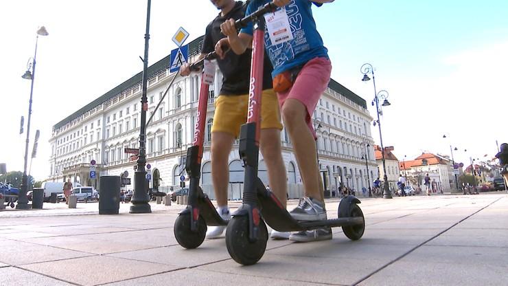 """""""Szlaban"""" na chodniki i dużo wolniej. Ważne zmiany ws. elektrycznych hulajnóg"""