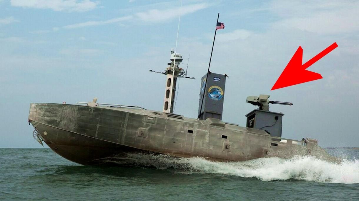 Autonomiczna łódź patrolowa płynie po Atlantyku na pokładzie z broną maszynową [FILM]