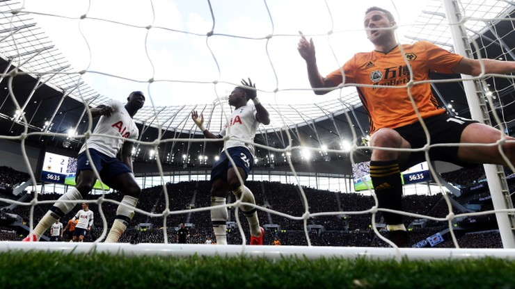 """Będą grali, ale ręki podać sobie nie mogą. """"Bezsensowny"""" zakaz w Premier League"""