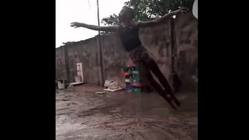 Chłopiec z Nigerii tańczył w błocie, na deszczu. Otrzymał stypendium baletowe w Nowym Jorku [WIDEO]
