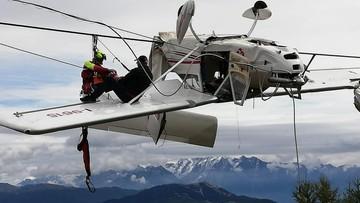 Samolot uderzył w kabel wyciągu narciarskiego i zawisł na nim. Pilota wyrzuciło z kabiny