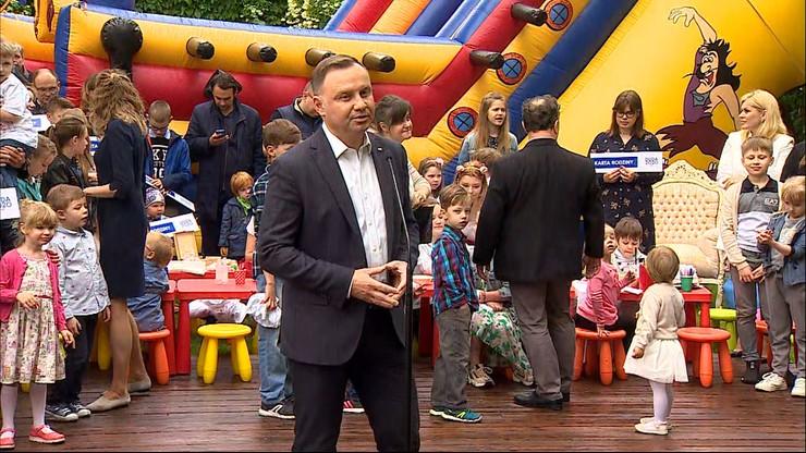 """Prezydent Duda podpisał Kartę Rodziny. Padły słowa o """"obcej ideologii LGBT"""""""