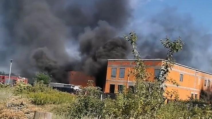 Pożar na budowie hali magazynowej. Jedna osoba nie żyje [WIDEO]