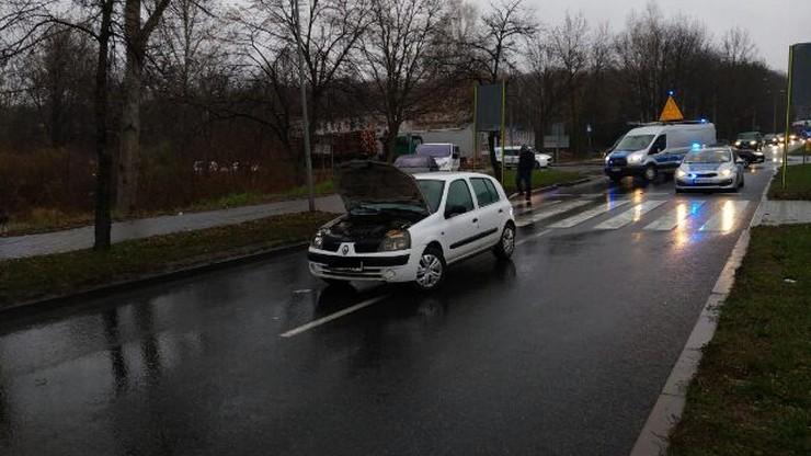Wypadek w Skarżysku-Kamiennej. Opiekunka z trojgiem dzieci potrącona na pasach