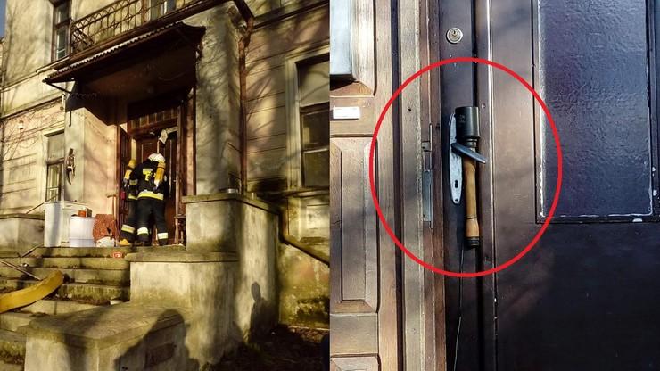 W drzwiach granat. W środku martwy mężczyzna