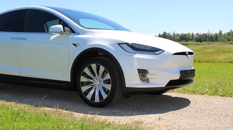 """Zginął, gdy jego Tesla była """"na autopilocie"""". W trakcie wypadku miał grać na komórce"""