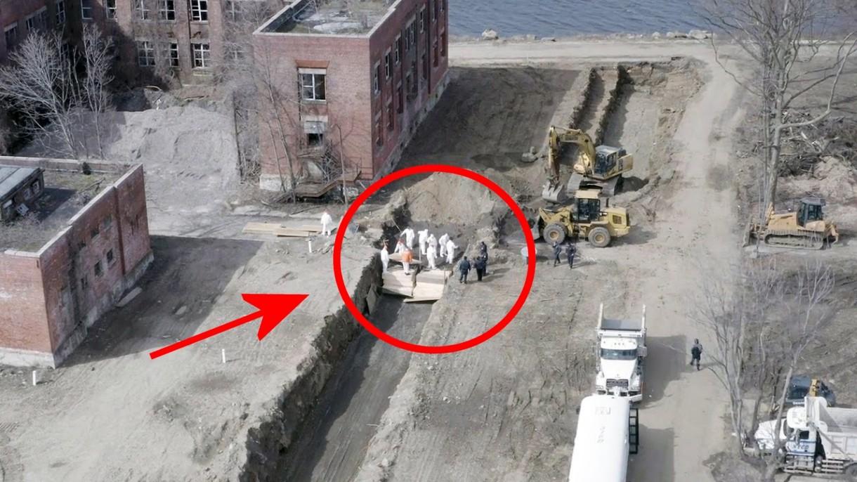 Masowe groby zmarłych na CoVID-19 w Nowym Jorku w widoku z drona (film)