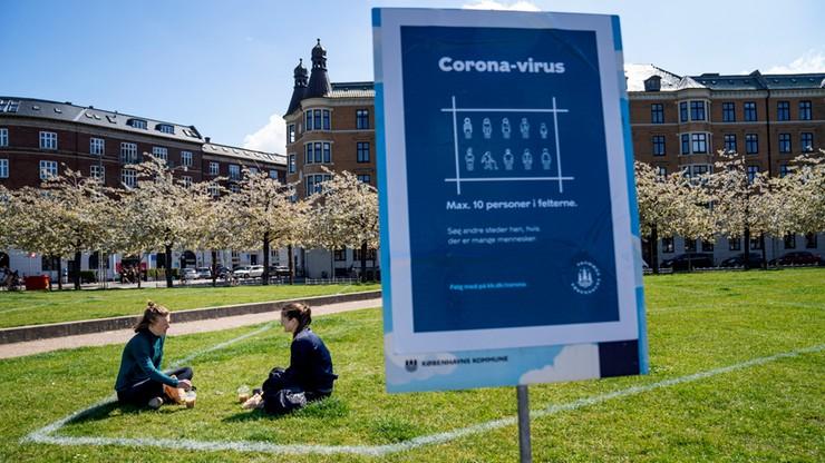 Policja maluje na trawnikach 10-osobowe kwadraty, by ludzie zachowywali odstępy