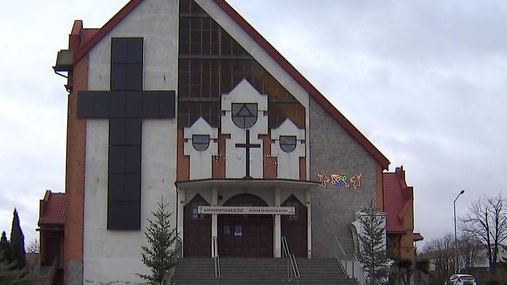 """Krzyż z paneli fotowoltaicznych na kościele. """"Chcieliśmy obniżyć rachunki za prąd"""""""