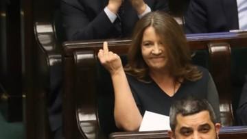 Środkowy palec posłanki PiS. Dziambor: twierdzi, że poprawiała sobie oko