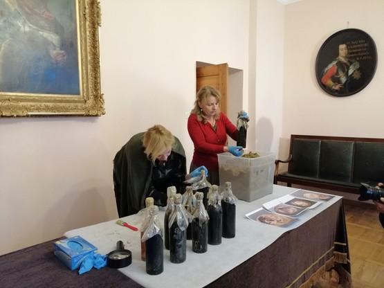 Eksperci pobrali próbki wina metodą nieinwazyjną oraz udzielili wstępnych porad w sprawie dalszego postępowania z tym cennym znaleziskiem