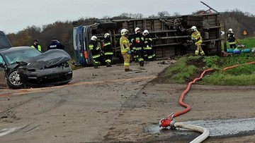 Ciężarówka przewrócona po zderzeniu z porsche.Na jezdnię wypadły butle z gazem
