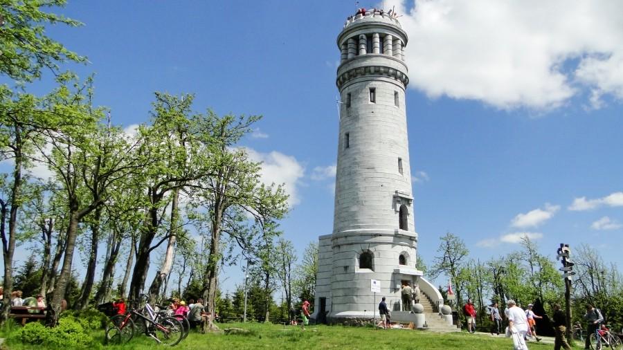 Wieża widokowa w kształcie latarni morskiej na szczycie Wielkiej Sowy. Fot. TwojaPogoda.pl