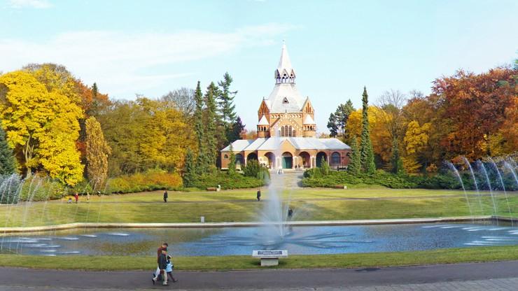 Jeziorko i fontanna na Cmentarzu Centralnym w Szczecinie. W oddali widoczna kaplica