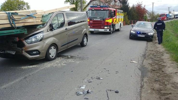 Belki wbiły się do wnętrza auta dostawczego