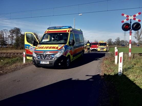 Na miejscu pracowali m.in. ratownicy medyczni i strażacy. Życia mężczyzny, który wjechał pod pociąg, nie udało się jednak uratować