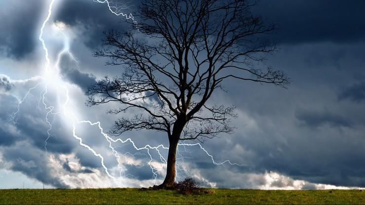 Potężne burze z gradem, możliwe trąby powietrzne. Najwyższe ostrzeżenia