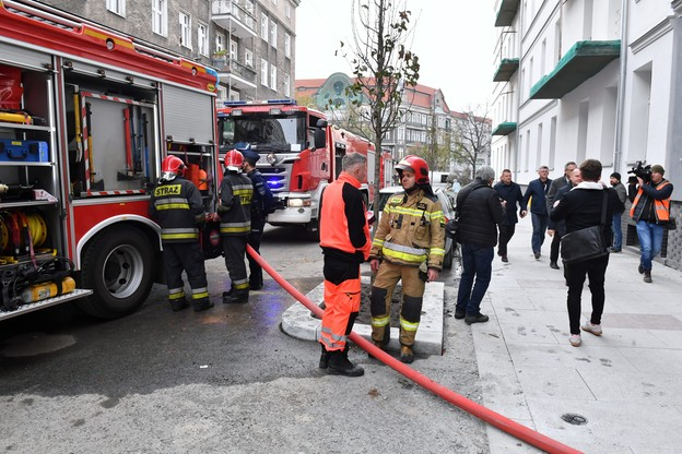 Na miejscu pracuje pięć zastępów straży pożarnej, a także ratownicy medyczni, policja i straż miejska