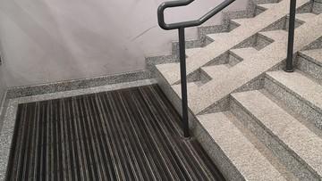 """Podjazd na dworcowych schodach nagle się urywa. """"Nie są dla niepełnosprawnych"""""""