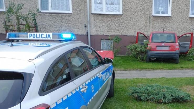Samochód uderzył w blok mieszkalny. Kierująca miała trzy promile