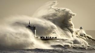 24.01.2020 09:00 Rekordowej wysokości sztormowe fale uderzyły w wybrzeża Hiszpanii. Zginęło 12 osób