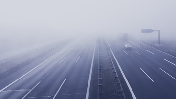 Gęste mgły nad Polską. Apel do kierowców o ostrożność