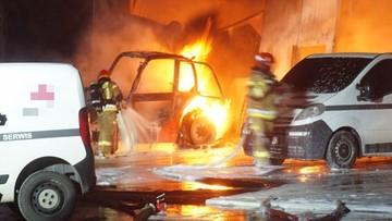 Spłonęła hala ze sprzętem rolniczym. Strażacy ratowali ciągniki [WIDEO]
