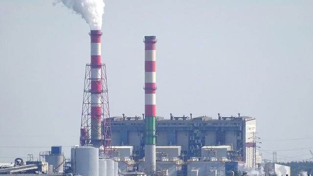 OLEJ z elektrowni w Ostrołęce wyciekł do KANAŁU uchodzącego do Narwi. Trwa akcja ratunkowa