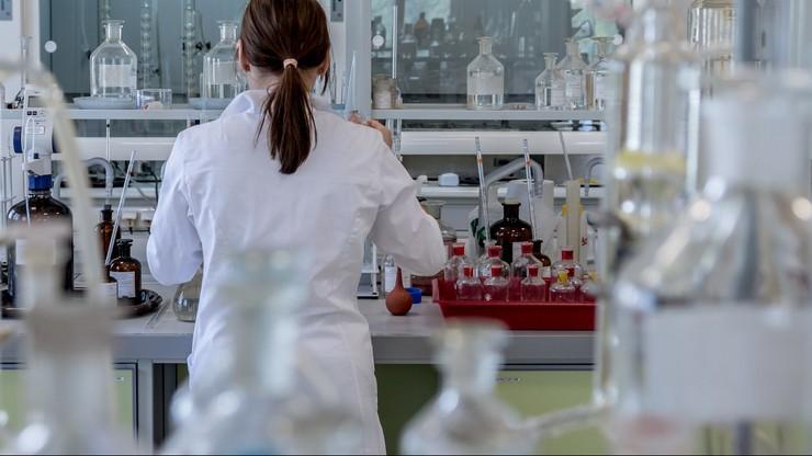 Polscy chemicy pokazali, jak tanio zsyntetyzować lek stosowany w COVID-19