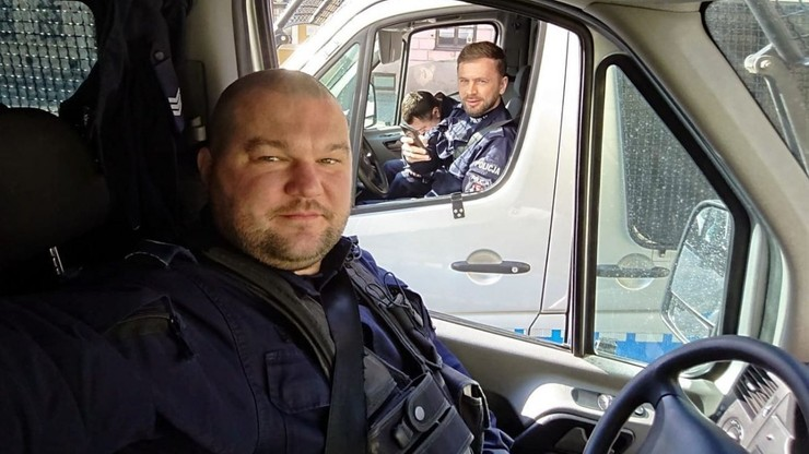 Policjant uratował mężczyznę z płonącego mieszkania. Omal nie zginął w eksplozji