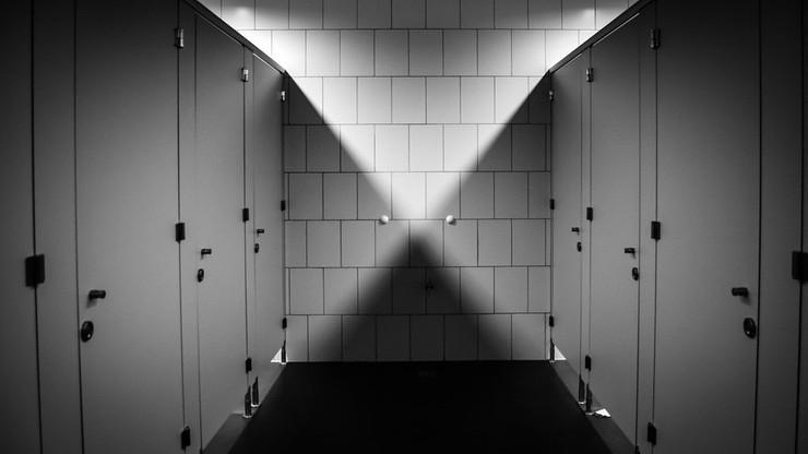 Urzędnik miał zainstalować ukrytą kamerę w toalecie. Usłyszał zarzuty