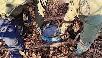 Płynna amfetamina w beczkach w środku lasu. Zobacz nagranie z akcji CBŚP